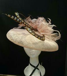 Pamela en tonos naturales y rosa. Hecho a mano en Mayenne's Tocados y Diademas Tarragona. Precio 170€