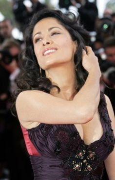 Salma Hayek was born on September in the oil boomtown of Coatzacoalcos, Mexico. Hayek has freely admitted that. Divas, Salma Hayek Body, Telenovela Teresa, Salma Hayek Pictures, Manequin, Woman Movie, Foto Pose, Brunette Beauty, Picture Collection