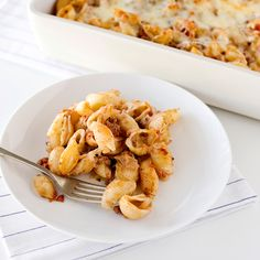 Here's a true crowd pleaser: pasta shells in a simple sauce of ground beef, tomatoes, and pesto, layered with mozzarella and Parmesan and baked until ...