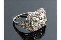 """Anello in platino, diamanti - anni '20 del XX secolo; ; con coppia di grandio diamanti taglio """"ve"""