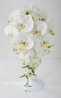 ウェスティンホテル東京さんへ本日お届けしました胡蝶蘭のキャスケードブーケです。 ウェスティンホテル東京さんは、今年は特別な年だそうで、本年挙式の方はホー... Diy Wedding Bouquet, Bride Bouquets, Floral Wedding, Wedding Flowers, Church Flower Arrangements, Floral Arrangements, Amnesia Rose, Cascade Bouquet, Deco Table
