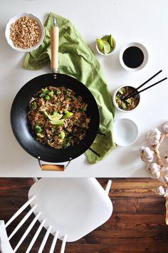 Makaron ryżowy z wołowiną i prażonymi orzeszkami ziemnymi