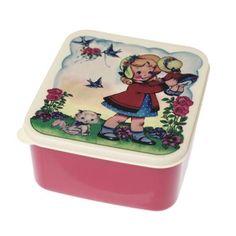 Een hele vrolijke retro lunchbox met de afbeelding van een lief meisje met een pop en een poesje. Kan in de vaatwasser.  15x14x7 cm.