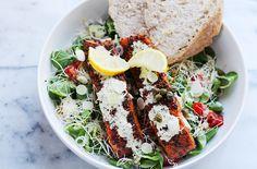 Deze salade met warmgerookte zalm en kiemen is hartstikke makkelijk te maken, gezond en vooral érg lekker. Maak de dressing van mayonaise, mosterd, wasabi, citroensap en zout en peper. Er zijn geen vaste verhoudingen, dus doe dit op smaak. Speel met de verschillende smaken en blijf proeven! Leg dewarmgerookte zalmmoten op wat bakpapier op een …