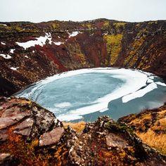 Am Abgrund des Kratersee's Kerið.  Der Krater liegt auf dem Weg der Golden Circle Tour und ist einen Besuch wert. Man kann einmal komplett herum laufen und auch bis zum See hinabsteigen.  Auch wenn das Wetter mit Regen und Wind alles andere als angenehm war war der Besuch doch etwas besonderes.  Man steht schliesslich nicht alle Tage in einem Vulkankrater ;)   #iceland #goldencircle #goldencircletour #kerid #mystopover #99igers #99instagramers #vsco #vscofilm @marn_bo by 99igers