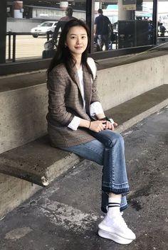 패션엔 :: [그 옷 어디꺼] 윰블리 정유미, 클래식한 가을 리얼웨이 공항룩 어디꺼? Fall Fashion Outfits, Grey Fashion, Minimal Fashion, Denim Fashion, Daily Fashion, Love Fashion, Korean Fashion, Autumn Fashion, Womens Fashion