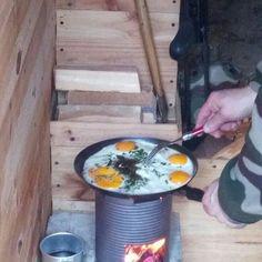 Petit déjeuner café et œufs.  #survivaliste #survival #survivalists #survivalkit #bushcrafter #bushcrafting #bushcrafters