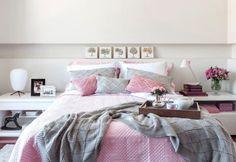 A combinação de rosa com cinza deixou o quarto equilibrado e ressaltou a beleza dos detalhes em tricô e matelassê dos jogos de cama do Mundo do Enxoval. Nem mesmo os outros itens, da mesma paleta de cores, interferiu na composição do quarto.