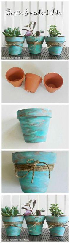 Algunos jarrones pequeños de cerámica, un poco de pintura y unos metros de cuerda fina serán suficientes para crear estos hermosos mini jarrones.