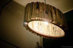 Lampadario in carta e legno