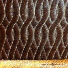 Tapete de pele bovina com desenho feito a laser.