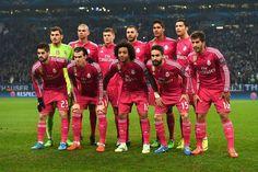 Fanii au fost amuzati de echipamentul roz al Real in deplasarea din Germania - http://fthb.ro/fanii-au-fost-amuzati-de-echipamentul-roz-al-real-in-deplasarea-din-germania/