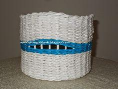 Biało-niebieski koszyk. White and blue basket.