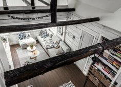 Dřevěné trámy ve skandinávském interiéru