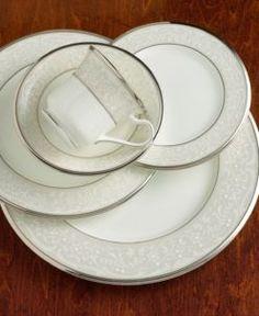 Сервиз обеденный Noritake Silver Palace на 12 персон, 41 предмет.  Комплектация: тарелка 27 см -12, тарелка 20 см - 12, суповая тарелка - 12, овальное блюдо среднее, овальное блюдо большое, салатник, соусник с блюдцем, кастрюля для горячего.  Бренд: Noritake Страна-производитель: Япония Материал: Костяной фарфор
