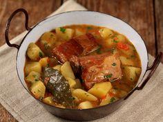Potato stew with smoked bacon - Tocanita de cartofi cu costite afumate Quick Recipes, Pork Recipes, Romania Food, My Favorite Food, Favorite Recipes, European Dishes, Stewed Potatoes, Smoked Bacon, Pot Roast