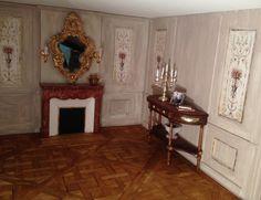 Coin du salon : cheminée de marbre rouge, console style Louis XVI.