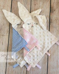 Bunny Taggie Osterhase Taggy Baby Tröster Sensory Toy Discover the best baby toys for your youngsters Homemade Baby Gifts, Diy Baby Gifts, Baby Crafts, Baby Shower Gifts, Quilt Baby, Handgemachtes Baby, Best Baby Toys, Baby Diy Toys, Baby Sewing Projects