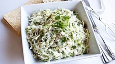 Идеальный салат для снижения жировых отложений! пекинская капуста — 250 гр,  стебель сельдерея — 100 гр,  куриная грудка — 200 гр,  сыр 20% — 40 гр,  яйцо варенное в крутую — 1 шт  зеленый лук 5 гр, укроп 2 гр, петрушка 2 гр  соль и перец по вкусу, можно добавить сухие травы  масло оливковое — 1 ч.л.
