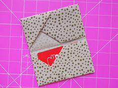 No PAP de hoje, vamos fazer um porta cartões em origami! Você pode fazer em tecido ou papel! Eu sempre prefiro o papel rs, mas hoj...