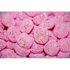 Vaaleanpunaiset Nonparellinapit ovat koukuttavan hyviä makeisia ja sopivat hyvin myös hääkarkeiksi.