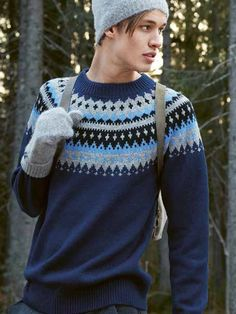 VARDE herregenser i blått. Garnpakke i Finullgarn fra Raum Garn. Mens Knit Sweater, Sweater Cardigan, Catsuit, Mittens, Knitwear, Wool, Sarees, Knitting, Crochet