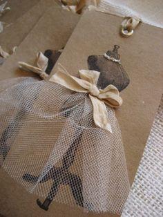 Ces étiquettes agrémenteront joliment  vos cadeaux. La robe est ornée de ruban, tulle et paillettes de verre. Voir d'autres étiquettes : http://img0.etsystatic.com/001/0/5864783/il_570xN.370266112_50ew.jpg
