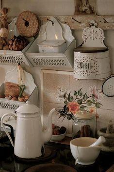 cottage kitchen in shabby chic Cocina Shabby Chic, Shabby Chic Cottage, Vintage Shabby Chic, Shabby Chic Decor, Cottage Style, Vintage Tins, Vintage Metal, French Cottage Decor, Swedish Cottage