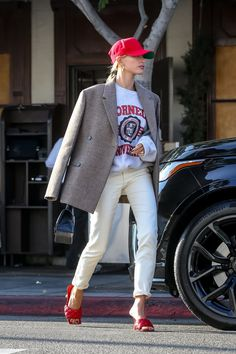 Justin and Hailey's House Has a Hanging Chair, and of Course, It's Filled With Their Photos - Organspende Zitate Estilo Hailey Baldwin, Hailey Baldwin Style, Hayley Baldwin, Hailey Baldwin Vogue, Hayley Bieber, Look Fashion, Autumn Fashion, Aesthetic Fashion, Mode Outfits