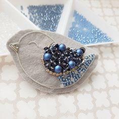 На данном изображении может находиться: еда Bead Embroidery Tutorial, Border Embroidery Designs, Bead Embroidery Patterns, Embroidery Works, Bead Embroidery Jewelry, Beaded Embroidery, Embroidery Stitches, Beaded Jewelry Designs, Bead Jewellery