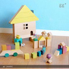 二人の女性デザイナーが手がける木のおもちゃブランド「gg*(ジジ)」の積み木。  木の風合いを活かした、カラフルながらもナチュラルなおもちゃです。