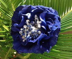 Fiore in pelle ovina, lavorato a mano, decorato con cristalli e lapislazzuli.