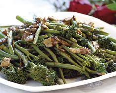 Groenboontjies en broccoli met 'n spek-en-balsemieksous
