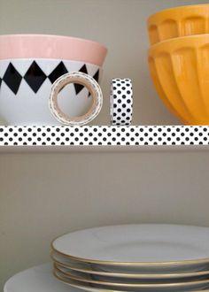 <p>Dans un intérieur tout blanc, le détail fait souvent la différence. Et pourquoi ne passimplement recouvrir les étagères de Masking Tape ? Ce petit d&eacute...