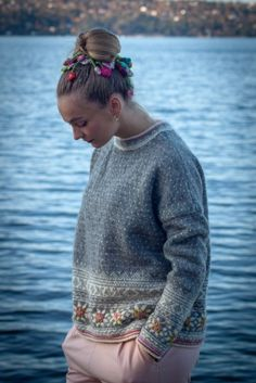 Grått i Setesdal   Garnpakker med strikkeoppskrifter fra Sidsel J. Høivik Fair Isle Knitting Patterns, Knitting Designs, Knitting Ideas, Knitting Help, Hand Knitting, Fair Isles, Color Patterns, Knit Crochet, Crotchet