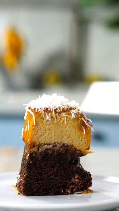 Já imaginou uma sobremesa que junta o melhor dos dois mundos? Apresentamos o bolo pudim prestígio!