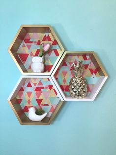 Me encanta la idea para decorar mi oficina. Honeycomb Shelves - Budget Friendly How To ! - Shepherds and Chardonnay Diy Crafts For Adults, Easy Diy Crafts, Kids Crafts, Diy Home Decor Projects, Home Decor Trends, Wood Projects, Affordable Home Decor, Cheap Home Decor, Honeycomb Shelves