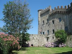 Il Castello Malaspina di Fosdinovo, Toscana, Italia, dove passato e presente convivono in movimento. Residenza per artisti contemporanei e scrittori. Tra i più bei giardini della Lunigiana!