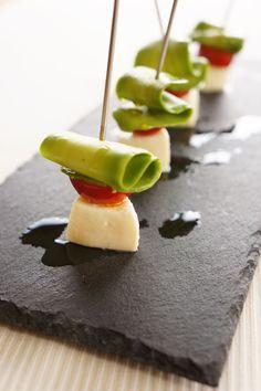 ピーラーで簡単!ぱっと食卓を華やかにする「シェイブドアボカド」を作ってみよう | レシピサイト「Nadia | ナディア」プロの料理を無料で検索