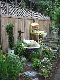 Old bathtub pond Garden Bathtub, Old Bathtub, Outdoor Bathtub, Water Garden, Bathtub Ideas, Garden Pond, Pond Landscaping, Landscaping With Rocks, Garden Tub Decorating