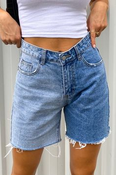 Denim Shorts Outfit, Mom Jeans Shorts, Summer Shorts Outfits, Cool Outfits, Casual Outfits, Fashion Outfits, 90s Shorts, Long Jean Shorts, Short Shorts
