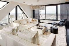 Mooi contrast door de combinatie van leer, grijs verzilverd glas met hoogglanslakwerk. Door RMR Interieurbouw. #woonkamer #modern