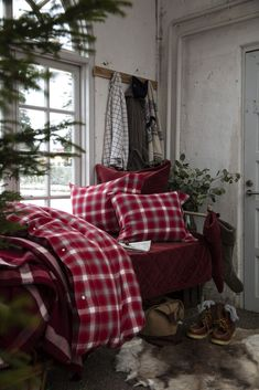Find out Fabulous Red Colours Traditional Bedroom Decor Number New traditional bedding bedspreads offer you numerous motifs, colours and sizes to pick from, so you. Bedroom Decor Dark, Traditional Bedroom Decor, Farmhouse Bedroom Decor, Traditional Bedding, Bedroom Ideas, Winter Bedroom, Modern Traditional, Bedroom Inspiration, Lexington Home
