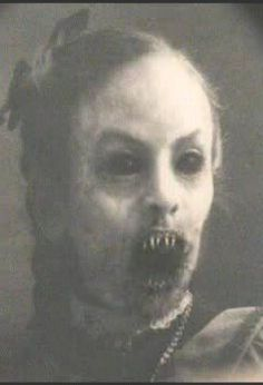 One creepy vampire here, deff not one I'd want to run into lolz Arte Horror, Horror Art, Horror Movies, Images Terrifiantes, Art Zombie, Photo Halloween, Halloween Zombie, Creepy Horror, Creepy Pictures