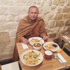 Quand on vous dit que @kapunkaparis est une cuisine Thaï authentique !  #kapunka #kapunkaparis #igers #paris #thaifood #food #instafood #thailand #buddha #buddhism #love #happytime #funny #padthai #foodpic #noglu #glutenfree #monk #buddhistmonk