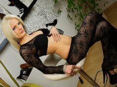 Das blonde Chat Luder ist ein wahrhaftig geiles Sexcam Luder. Mit ihren langen blonden Harren und dem schlanken Körper wickelt das blonde Luder vor der XXX Cam jeden Mann in wenigen Sekunden um den Finger.