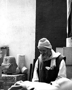 Brâncuși in zijn atelier, Foto: Bernhard Moosbrugger. Artist Workspace, Constantin Brancusi, Creative Workshop, Modern Artwork, Face Art, Art Studios, Artist At Work, Sculpture Art, Amazing Art