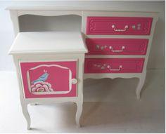Bijzonder charmant bureautje met stoel en nachtkastje. Met zijn afmetingen vindt dit setje in elke kamer een plaats. Decoratie is volledig met de hand geschilderd. Afm. D x H x L = volgen Gerestyled in  zuiver wit RAL 9010 en Pink. Prijs @ €375,00 http://www.mimi-enco.be/?p=28475  www.mimi-enco.be/ #kinderbureau #kindermeubelen #kinderkamers