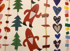 Sista minuten julpyssel! . Gör girlanger att dekorera julgranen med eller häng den i fönstret/dörröppningen så rör den sig av luftdraget. . Material du behöver: Reklam, gamla vykort, godispapper, kartongbitar, tygbitar, sugrör. . Utrustning: Sax. Tråd/garn/snöre till girlang 1, symaskin till girlang 2. . Sätt saxen i reklam och tyglappar. Klipp olika mönster - hjärtan, stjärnor, granar, fyrkanter, trekanter mm. . Girlang 1: Klipp sugrören i mindre bitar. Trä upp tyg/pappbitar och sugrör om…