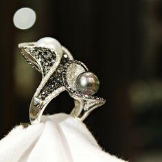Kusursuz Tahiti ve South Sea incilerini eşsiz tasarımımızda sizin için bir araya getirdik... #HighJewellery #FineJewellery #MoluMücevher #Southsea #Tahiti #Pearl #İnci #Flawless #Design #Unique #Ring #Yüzük #Eşsiz #Tasarım #Black #Diamond #Pırlanta #Molu #Handcrafted